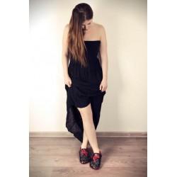 Papillon rouge sur fond noir, chaussons en cuir