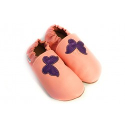 Papillons violet sur cuir rose, chaussons en cuir