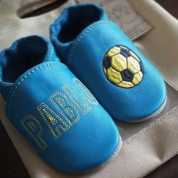 👣 Papučky s menom vášho dieťatka na mieru 🤩 👉🏼 vyrobíme ich podľa vašich predstáv 👉🏼 vyberte farbu, motív a pošlite nám vašu predstavu 👉🏼 vo veľkostiach 18-49 #tomarcreation #capačky #papučky #barefootshoes #slippers #barefootslippers #madeinslovakia #custommade