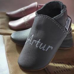 Personalizované capačky s vyšitým menom dieťatka 👶🏼👣 #tomarcreation #capačky #naželanie #handmade #madeinslovakia #embroided #slippers #personalized