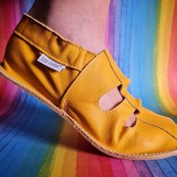 Letné capačky z mäkkej kože, ktorá sa nohám výborne prispôsobí 👣🌞 #tomarcreation #capacky #sandals #handmade #madeinslovakia #leatherslippers #summerslippers
