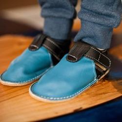 Papučky Zippy 👣 👉🏼 vyrobené z kvalitnej, mäkkej kože, ktorá sa nohám výborne prispôsobí  👉🏼 podrážka je z tenkej gumy, typickej pre barefoot obuv  👉🏼 pod podšívkou z vyčinenej kože je malá pohodlná pena #tomarcreation #barefootshoes #barefootslippers #papučky #capačky #madeinslovakia
