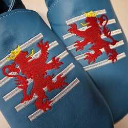 Vyšívané papučky na želanie😍 Aj Vy môžete mať svoje 👣 Stačí nám napísať vašu predstavu 🎨 #tomarcreation #capačky #papučky #vyšívané #handmade #madeinslovakia #barefootslippers